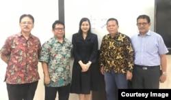 Filia Stephanie (tengah) usai sidang defense thesis di Universitas Indonesia. Setelah mengikuti kuliah Prof Teruna, Filia akan ke University of Kansas untuk penelitian. (foto: courtesy)