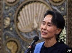 ທ່ານນາງ Aung San Suu Kyi ຂຶ້ນກ່າວ ໃນກອງປະຊຸມຖະແຫຼງຂ່າວ ຂອງກະຊວງການຕ່າງປະເທດ ທີ່ Naypyitaw, ມຽນມາ 6 ກໍລະກົດ 2017.