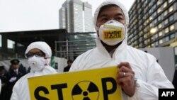 Một nhà hoạt động của nhóm Greenpeace biểu tình bên ngoài dịnh Thủ tướng Nhật, chỉ trích lời tuyên bố của chính phủ về tình trạng 'đóng nguội' tại nhà máy điện hạt nhân Fukushima