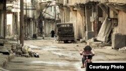 Seorang anak gadis mengendarai sepeda di distrik Qaboun, Damaskus (foto: dok). Pasukan pemerintah Suriah bergerak ke distrik Qaboun yang dikuasai pemberontak.