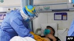 Bác sĩ Trung Quốc chăm sóc bệnh nhân nhiễm virus Corona.