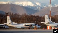 Un avion Antonov An-26 portant le même numéro d'immatriculation #RA-26085 que l'avion disparu, stationné à l'aéroport d'Elizovo, à l'extérieur de Petropavlovsk-Kamchatsky, en Russie, mardi 17 novembre 2020.