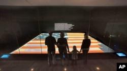 美国国家历史博物馆中,游客在观看美国星条旗