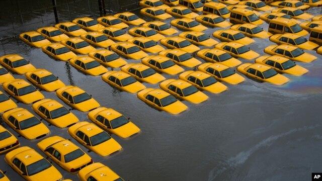 Bãi đậu xe taxi ngập nước sau bão Sandy ở Hoboken, New Jersey, ngày 30/10/2012.