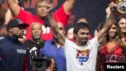 Manny Pacquiao (kanan) dalam penimbangan berat badan resmi di MGM Grand Garden Arena di Las Vegas, Nevada (1/5). (Reuters/Steve Marcus)