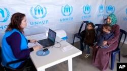 叙利亚难民在联合国难民署位于黎巴嫩北部的一个中心注册