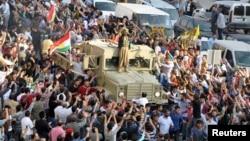 Колонна грузовиков с иракскими курдами из числа бойцов курдского ополчения (пешмерга) в сопровождении турецких курдов двигаются к турецко-сирийской границе. Город Мардин. 29 октября 2014 г.