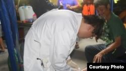 太平岛上医护人员给渔民处理伤口(台湾海巡署提供)