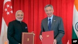 2015年11月24日印度總理莫迪(左)和新加坡總理李顯龍在新加坡出席雙邊合作簽字儀式。