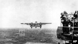 杜立特中校的B-25轰炸机从大黄蜂航母甲板上起飞。(历史资料照)