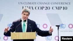 Menu AS John Kerry saat menyampaikan pirate di hadapan peseta konferensi perubahan iklim PBB (COP 20) di Lima, Peru (11/12).