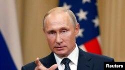 Prezidan ris la, Vladimir Putin, pandan konferans poulaprès la avèk prezidan ameriken an, Donald Trump.