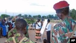 图为一名苏丹援助人员2005年在南苏丹的朱巴讲述如何抗击艾滋病资料照