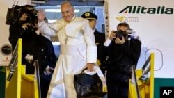 12일 파라과이 수도 아순시온을 마지막으로 남미 순방을 마친 프란치스코 로마 카톨릭 교황이 로마행 비행기가 올라 손을 흔들고 있다.