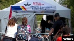 Las autoridades canadienses han instalado tiendas de campaña provisionales para atender a los haitianos que cruzan la frontera en busca de asilo.