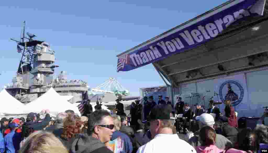 洛杉矶感谢退伍军人庆会在依阿华号战舰博物馆前举行(美国之音 国符拍摄)