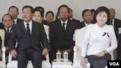 "Prime Minister Hun Sen and his wife, Bun Rany, attended the cremation ceremony of Sok An, known as the ""minister of many arms,"" at Phnom Penh Wat Botum, March 19, 2017. (Sun Narin/VOA Khmer)"