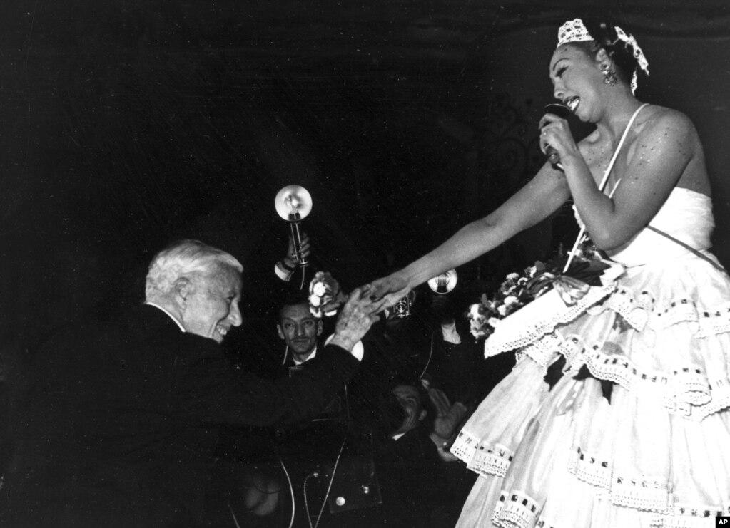 چارلی چاپلین به ژوزفین بیکر پس از اجرایش در مراسم خیریه ای که در مولن روژ پاریس برگزار شد تبریک می گوید- ماه مه سال ۱۹۵۳