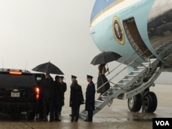 First Lady Melania Trump boarding Air Force One on a rainy morning at Joint Base Andrews, Maryland, April 6, 2017. (Photo: S. Herman / VOA)