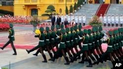 Thủ tướng Nhật Bản Shinzo Abe (trái) và người đồng cấp bên phía Việt Nam Nguyễn Xuân Phúc đang duyệt đội danh dự tại Phủ Chủ tịch, Hà Nội, Việt Nam, ngày 16 tháng 01 năm 2017.