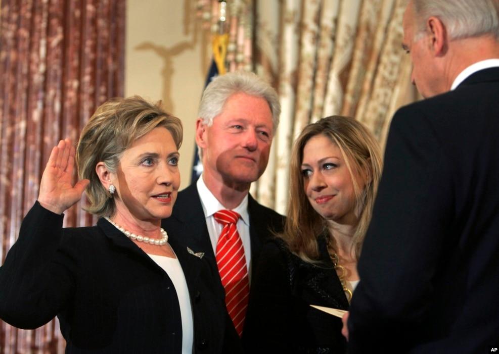 2009年2月2日,在美国副总统拜登主持下,希拉里·克林顿宣誓就任国务卿,她丈夫和女儿在旁边