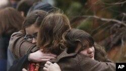 17일 미 코네티컷주 뉴타운에서 열린 총기난사 사건 희생자, 6살 노아 포즈너의 장례식.