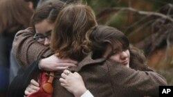 Pihak berkabung dalam pemakaman Noah Pozner, 6, yang tewas dalam penembakan massal di Connecticut. (AP/Jason DeCrow)