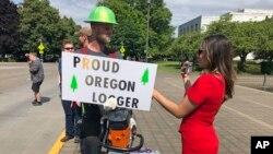Протест біля будівлі парламенту штату Орегон, 20 червня 2019 року. Заготівельники лісу виступають проти ініціативи сенаторів-демократів прийняти законопроект про обмеження шкідливих викидів в атмосферу, побоюючись, що це негативно вплине на виробництво.