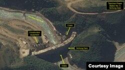 북한 탄천수력발전소 5호 신흥댐의 지난달 위성사진. 사진: DigitalGlobe / 38North.