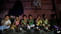 Khoảng 1 tỉ người không đủ ăn trên thế giới, và 1 trong 4 trẻ em bị suy dinh dưỡng.