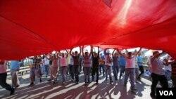 ຕໍາຫລວດປາບຈາລະຈົນໃນ Ankara ໄດ້ໃຊ້ແກ້ສນໍ້າຕາ ແລະທໍ່ ນໍ້າສີດ ໃນຄວາມພະຍາຍາມ ເພື່ອຂັບໄລ່ພວກປະທ້ວງ ໃຫ້ສະຫລາຍໂຕ, ວັນທີ 16 ມິຖຸນາ 2013.