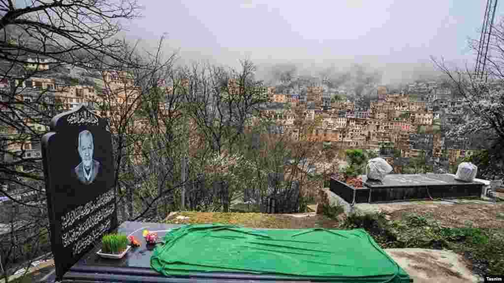 بعضی خانوادهها که عضوی را از دست دادهاند سعی میکنند تا نوروز را با عزیز از دست رفتهشان سهیم شوند؛ مثل این خانواده در شهر تاریخی ماسوله در استان گیلان.
