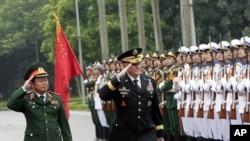 Ketua Kepala Staf Gabungan Amerika Jendral Martin Dempsey (kanan) dan Ketua Kepala Staf Gabungan Vietnam Letjen Do Ba Ty (kiri) di Hanoi, Vietnam, Kamis 14 Agustus 2014.