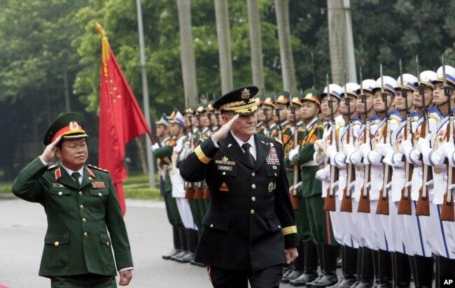 Chủ tịch Hội đồng Tham mưu trưởng Liên quân Hoa Kỳ Martin Dempsey, phải, và vị đồng cấp Việt Nam, Đại Tướng Đỗ Bá Tỵ, trái, duyệt hàng quân danh dự trước khi đàm phán ở Hà Nội, ngày 14/8/2014.