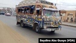 Un car rapide en circulation à Dakar, le 29 août 2018. (VOA/Seydina Aba Gueye)