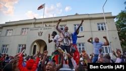 津巴布韦总统穆加贝宣布辞职的消息传出后,津巴布韦民众立即在国民议会外发起庆祝活动。(2017年11月21日)