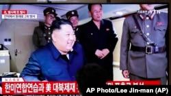 图为韩国电视台8月24日播放的金正恩观看朝鲜火箭试射的画面。