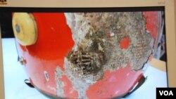 臨時六四紀念館內展出六四遇難者王楠遺物的電腦圖片,可見他當時載著的頭盔留有彈孔