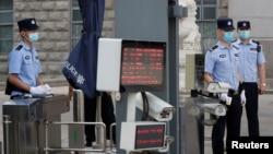 中國警察2020年9月22日在北京市第二中級人民法院前限制人員進入(路透社)