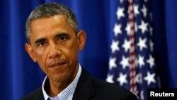 美国总统奥巴马在度假地麻萨诸塞州马萨葡萄园同记者谈伊拉克问题和密苏里枪击事件。(2014年8月14日)