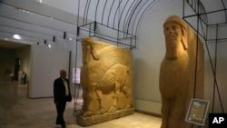 Các bức tượng cổ con bò có cánh của Assyria trong Viện bảo tàng Quốc gia Iraq