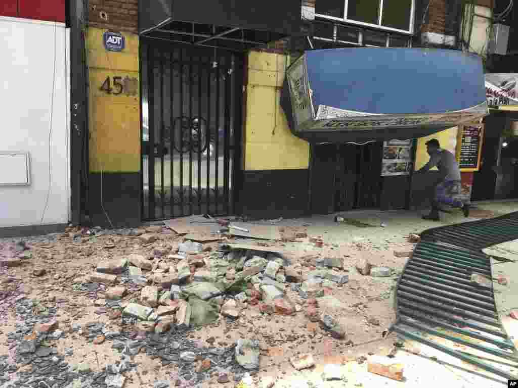 Людина входить у пошкоджену будівлю після землетрусу у Мехіко, 19 вересня 2017 року.