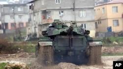 18일 터키 군 탱크가 시리아 접경 지역으로 이동하고 있다.