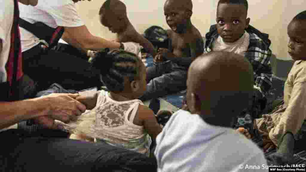Six bébés et 20 femmes dont une religieuse sont parmi les rescapés secourus par le bateau Dignité de MSF.