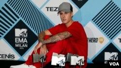 Justin Bieber berpose di acara MTV Europe Music Awards 2015 di Milan, Italia (25/10). (AP/Antonio Calanni)
