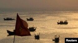 ویت نام کے ایک ساحلی علاقے کے قریب سمندر میں چینی ماہی گیروں کی کشتیاں نظر آ رہی ہیں۔ فائل فوٹو