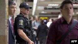 Cảnh sát canh gác tại lối vào nhà ga Pennsylvania ở New York