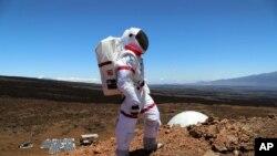 Astronavt Gavayidagi Mauna Loa tog'ida, Marsga o'xshagan sharoitda.
