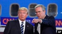 Mgombea urais wa Republican anayeongoza Donald Trump (L), na Gavana wa zamani wa jimbo la Florida, Jeb Bush, katika mdahalo wa pili huko Simi Valley, Sept. 16, 2015.