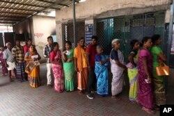 인도 센네이의 투표소에서 시민들이 줄 서 있다.